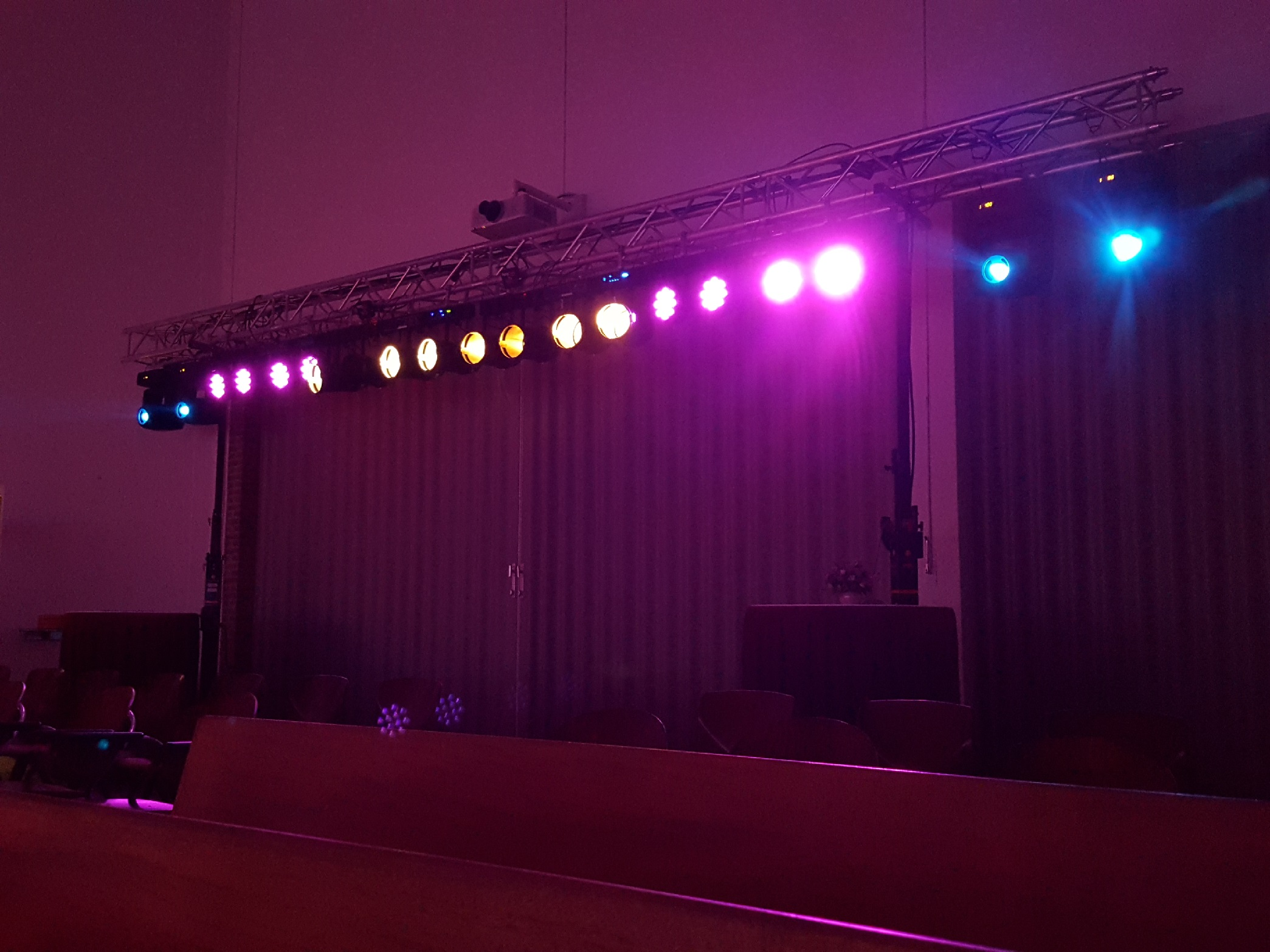 lichtshow voor band orkest of musical partyzaan audiovisual. Black Bedroom Furniture Sets. Home Design Ideas